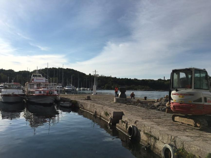 Radovi na rivi u luci Omišalj